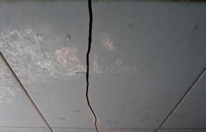 La parete del pavimento era rotta fotografie stock libere da diritti