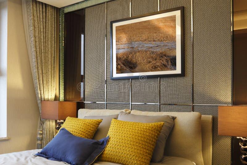 La parete della camera da letto, delle pitture, dei cuscini e delle tende fotografia stock libera da diritti