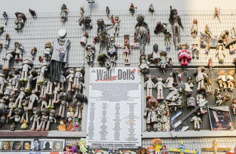 La parete delle bambole protesta nel distretto di Navigli che protesta contro la violenza fisica e sessuale femminile, nel mondo  fotografia stock libera da diritti