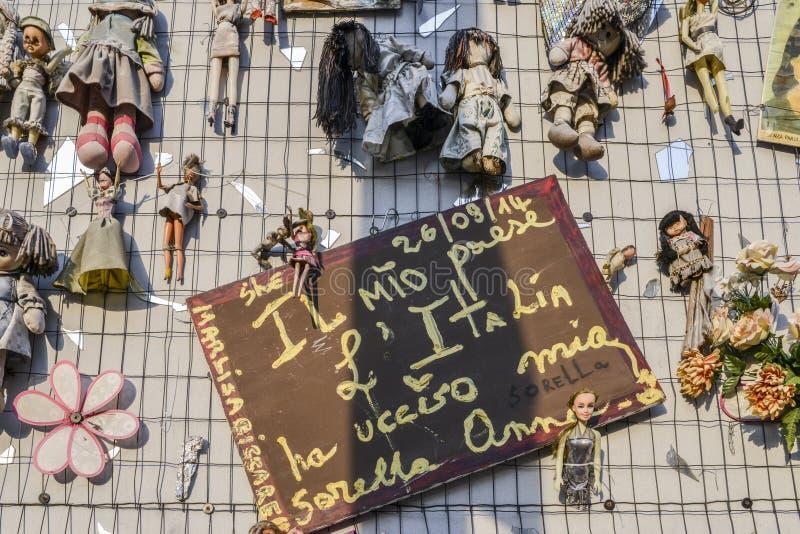 La parete delle bambole protesta nel distretto di Navigli che protesta contro la violenza fisica e sessuale femminile, nel mondo  immagine stock
