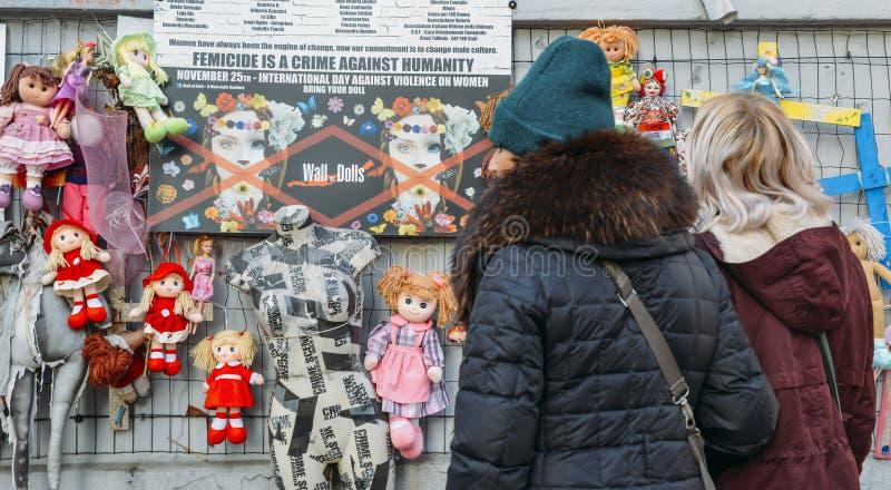 La parete delle bambole protesta nel distretto di Navigli che protesta contro la violenza fisica e sessuale femminile, nel mondo  immagini stock