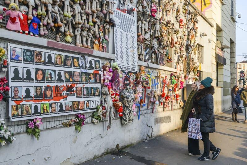 La parete delle bambole protesta nel distretto di Navigli che protesta contro la violenza fisica e sessuale femminile, nel mondo  fotografia stock