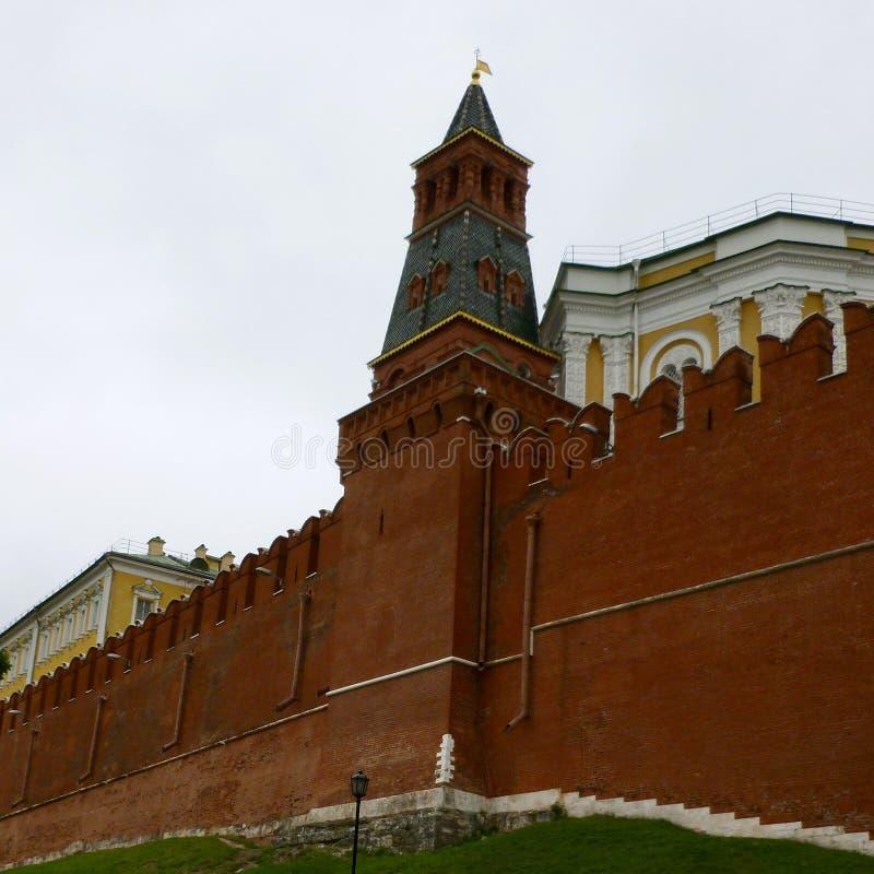La parete di acclusione al complesso di Cremlino di Mosca in Russia fotografie stock libere da diritti