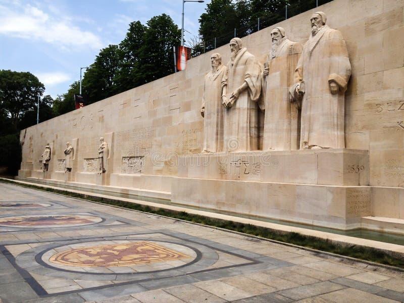 La parete di riforma nei bastioni del DES di Parc, è stata costruita nei vecchi mura di cinta Le statue del monumento del calvini fotografia stock libera da diritti