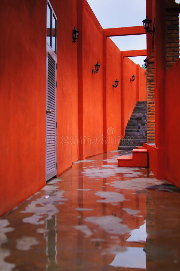 La parete e la scala rosse immagine stock libera da diritti