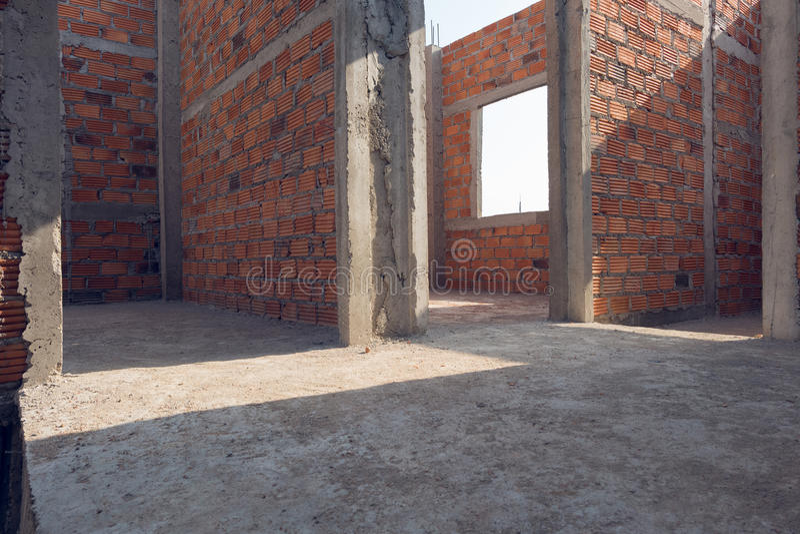 La parete ha fatto il mattone nella costruzione dell'edificio residenziale fotografia stock libera da diritti