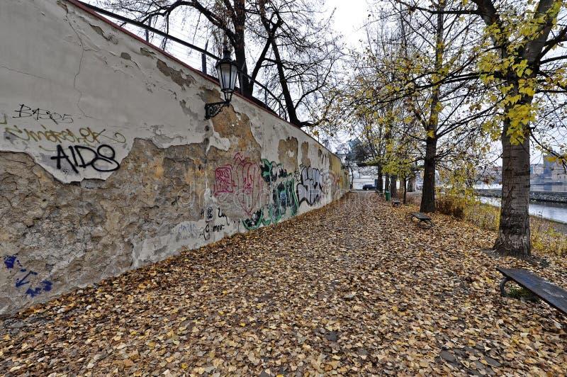 La parete nociva è scribacchiata con alcuni detti fotografia stock