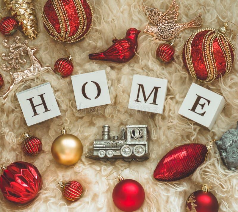 La parola CASA sui precedenti di una pelle di montone calda naturale e dei lotti dei giocattoli di Natale Composizione 2019 nel n fotografie stock