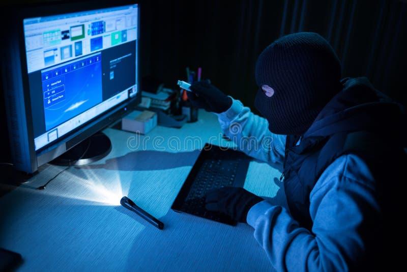 La parola d'ordine digitata pirata informatico dello scassinatore si è rotta in un computer fotografie stock