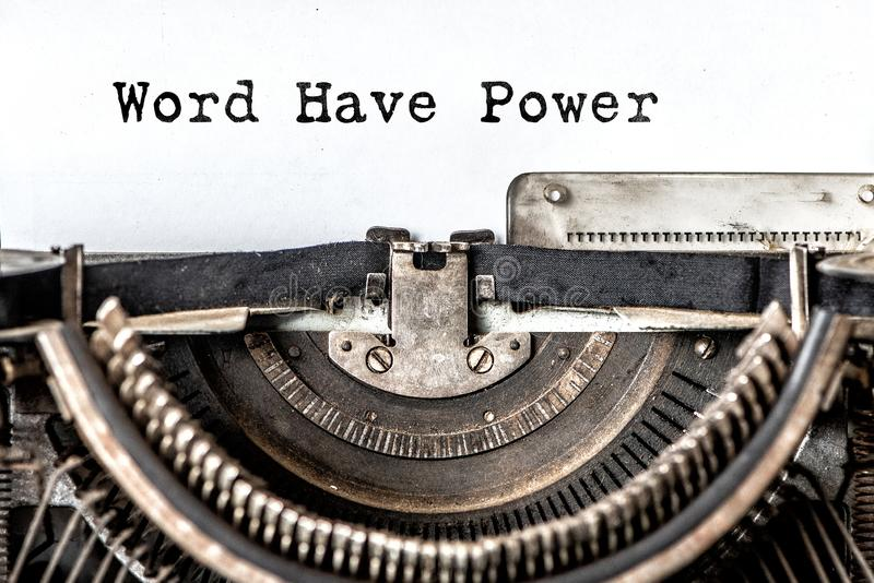 La parola ha potere ha scritto le parole a macchina su una macchina da scrivere d'annata Fine in su fotografie stock