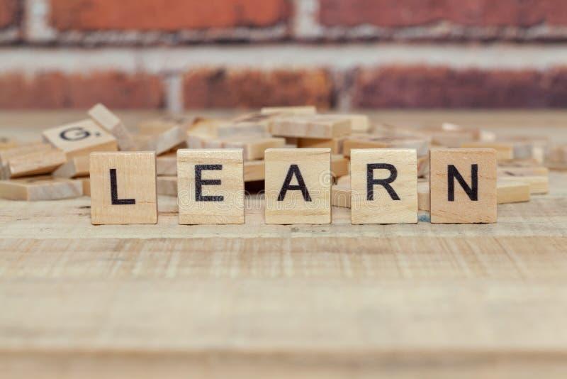 La parola impara sul blocco di legno immagine stock