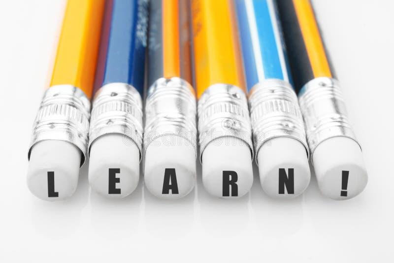 La parola impara sulle matite Istruzione e concetto di studio immagini stock