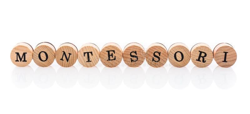 La parola Montessori dalle mattonelle di legno circolari con i bambini delle lettere gioca royalty illustrazione gratis