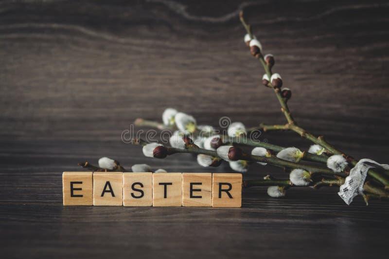 La parola Pasqua è dei pannelli e dei ramoscelli di legno leggeri del salice con fotografie stock