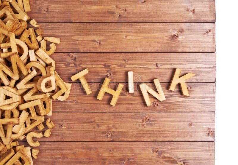 La parola pensa fatto con le lettere di legno fotografia stock