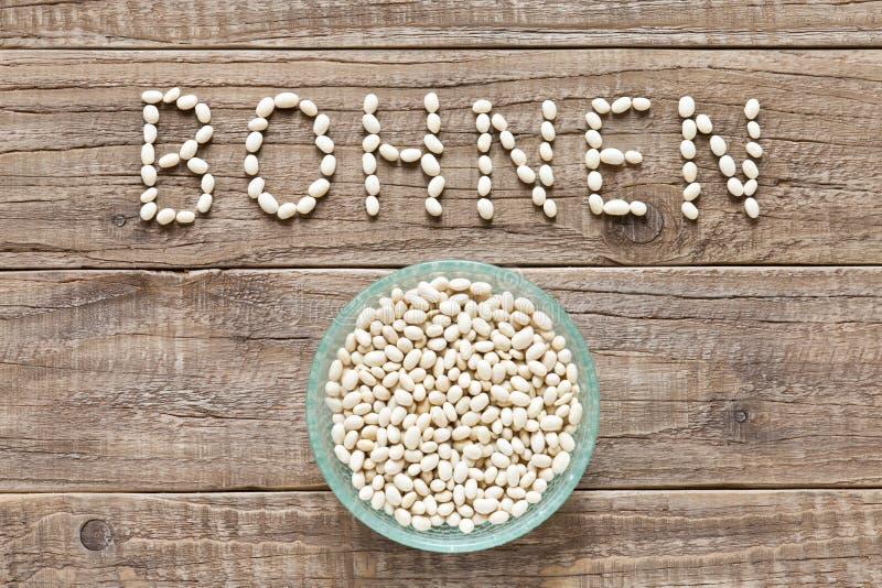 La parola tedesca bohnen scritto con i fagioli bianchi fotografie stock libere da diritti