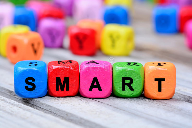 La parola variopinta Smart sulla tavola immagine stock