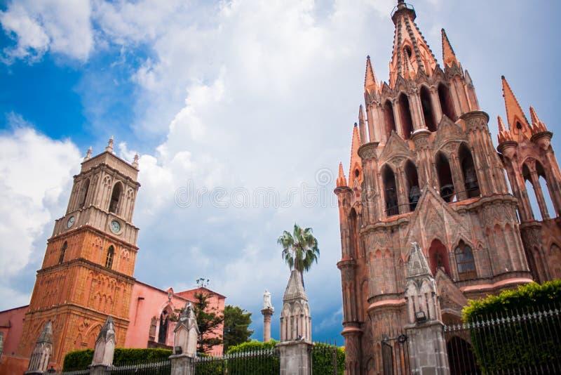 La Parroquia, de berömda rosa färgerna kyrktar i den pittoreska staden av arkivfoton