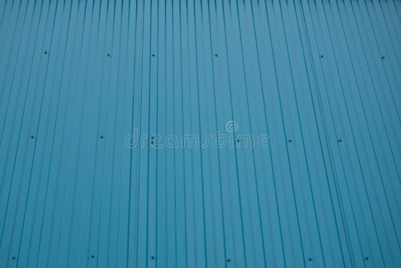 La parte anteriore blu del container ha scanalato la parete che la struttura tileable diritta stagionata con le ammaccature arrug fotografia stock libera da diritti