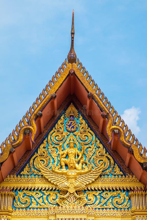 La parte anteriore del tempio della Tailandia del tetto con cielo blu immagini stock libere da diritti