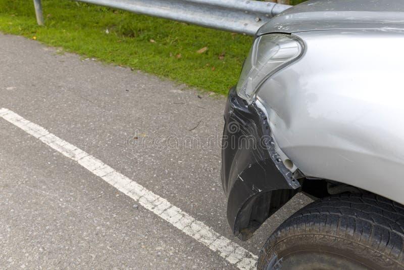 La parte anteriore dell'automobile grigio chiaro di colore con la scelta su ha grande nocivo e rotto accidentalmente sulla strada fotografie stock