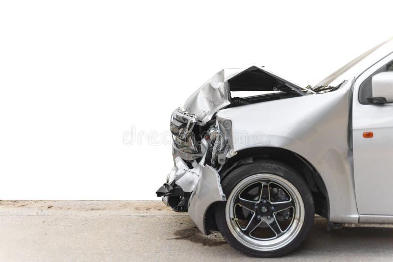 La parte anteriore dell'automobile grigio chiaro di colore ha grande nocivo e rotto accidentalmente sulla strada non può guidare  immagine stock libera da diritti