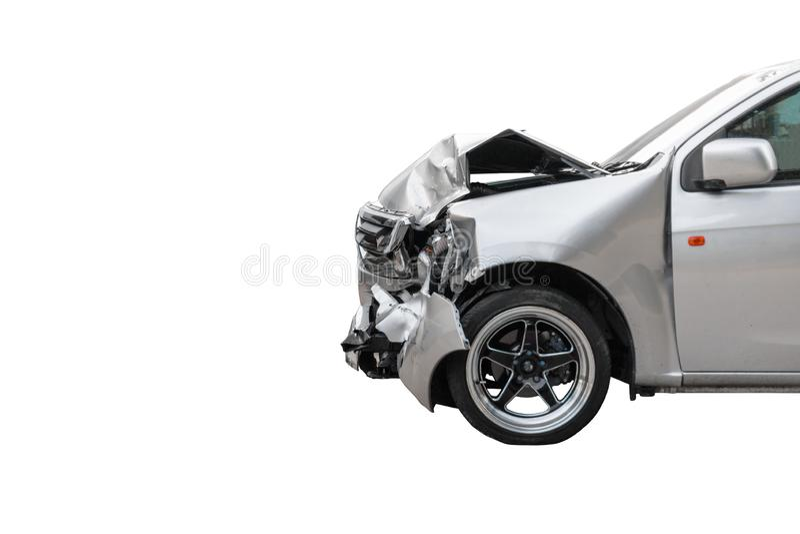 La parte anteriore dell'automobile grigio chiaro di colore nociva accidentalmente e tagliata su parcheggio della strada non potrà immagine stock libera da diritti