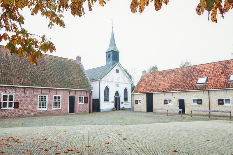 La parte anteriore della chiesa bianca in Bourtange, un'olandese ha fortificato la v fotografia stock libera da diritti