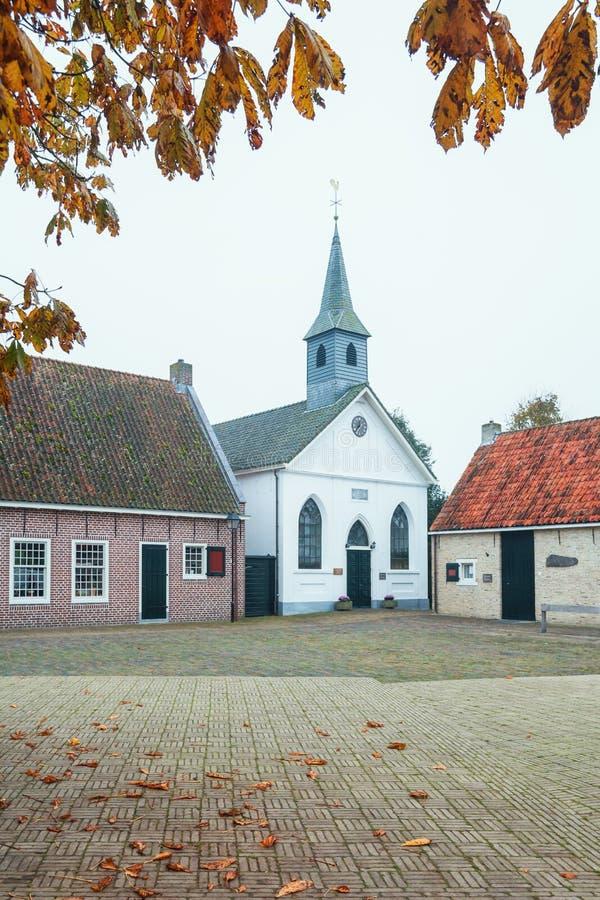 La parte anteriore della chiesa bianca in Bourtange, un'olandese ha fortificato la v fotografia stock