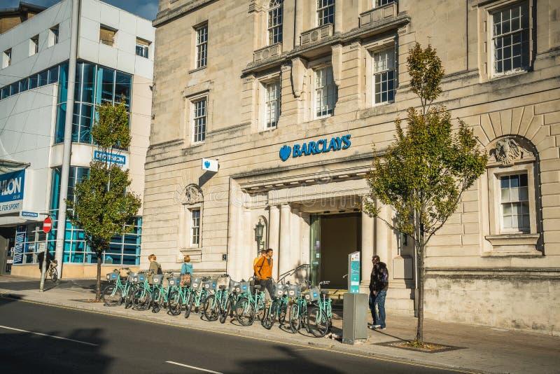 La parte anteriore della succursale di Barclays Bank nel centro urbano di Brighton con la gente locale che cammina sul sentiero p immagine stock libera da diritti