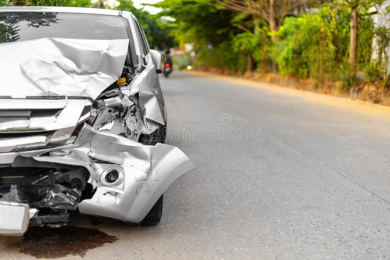 La parte anteriore di grande nocivo di accidentalmente dell'automobile grigio chiaro e rotta su parcheggio della strada non può g fotografia stock libera da diritti