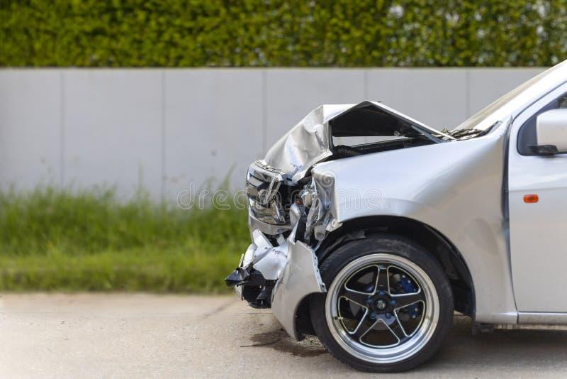 La parte anteriore di grande nocivo di accidentalmente dell'automobile grigio chiaro e rotta su parcheggio della via della città  fotografie stock
