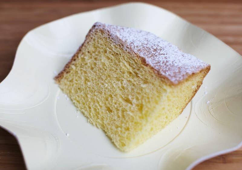 La parte chiffona della torta ha impolverato con lo zucchero fotografie stock