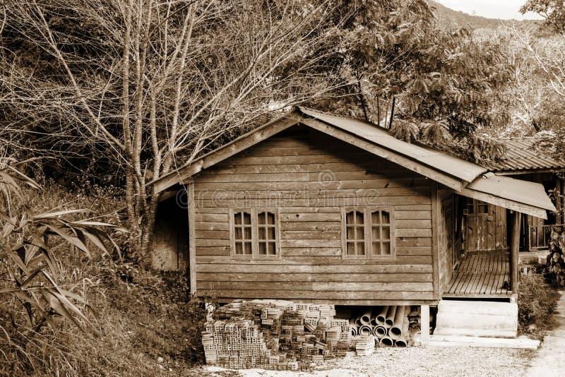 La parte de la fachada de una casa de madera en estilo moderno y el sol irradian fotografía de archivo libre de regalías