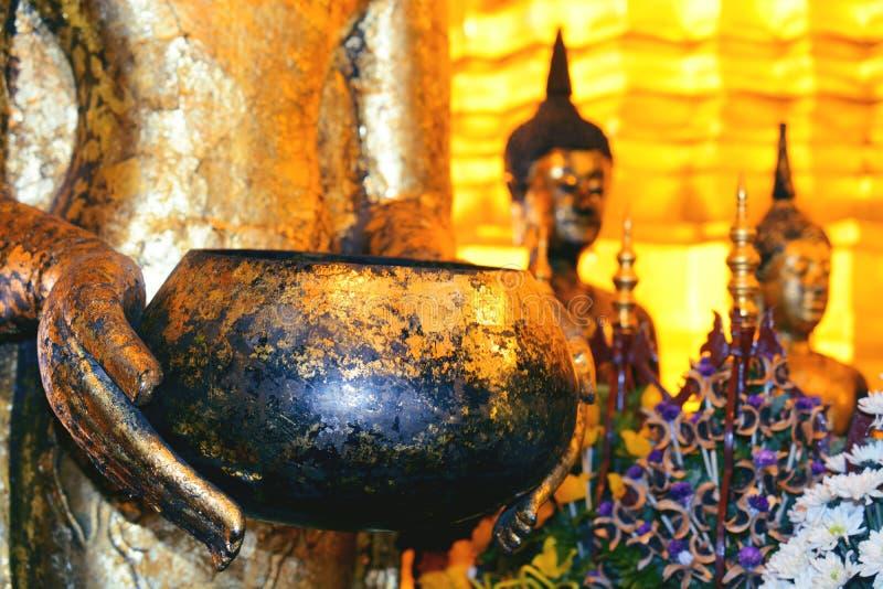 La parte de la estatua de Buda talló en piedra con la mano que sostenía el cuenco grande imagen de archivo libre de regalías