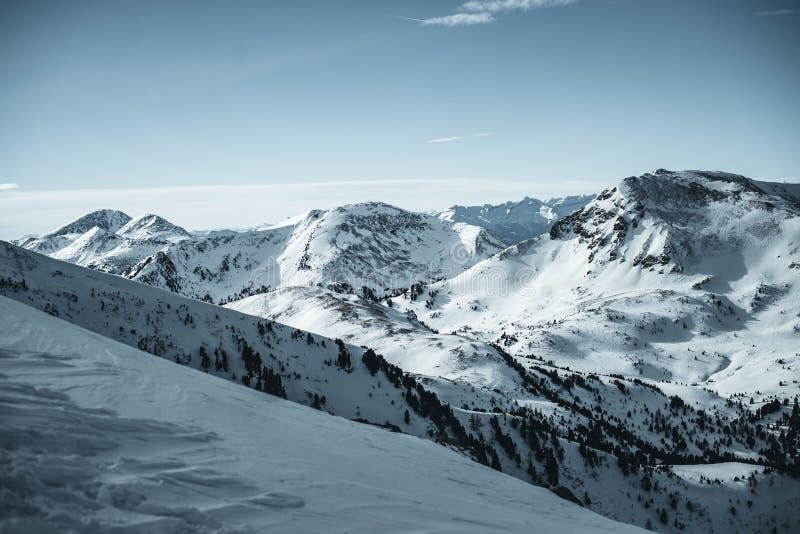 La parte de las montañas en Austria, montañas de Nocky fotografió de una cuesta en febrero imagen de archivo
