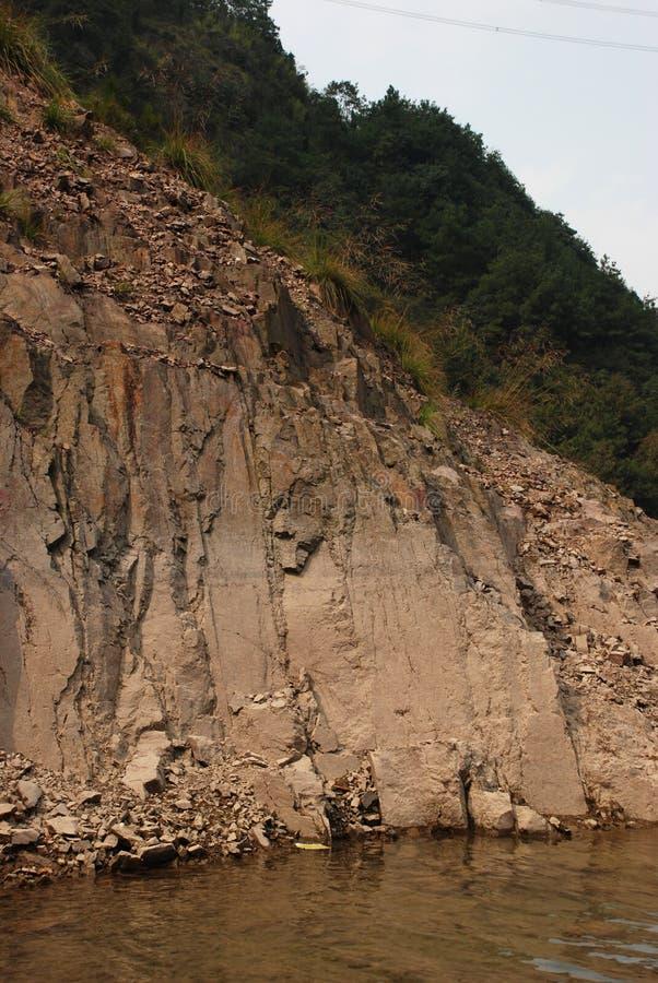 La parte de la roca desnuda cerca del lago de la montaña imagen de archivo