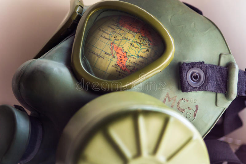 La parte del globo del mundo muestra con un desconocido del fabricante de la careta antigás del ejército de WWII foto de archivo