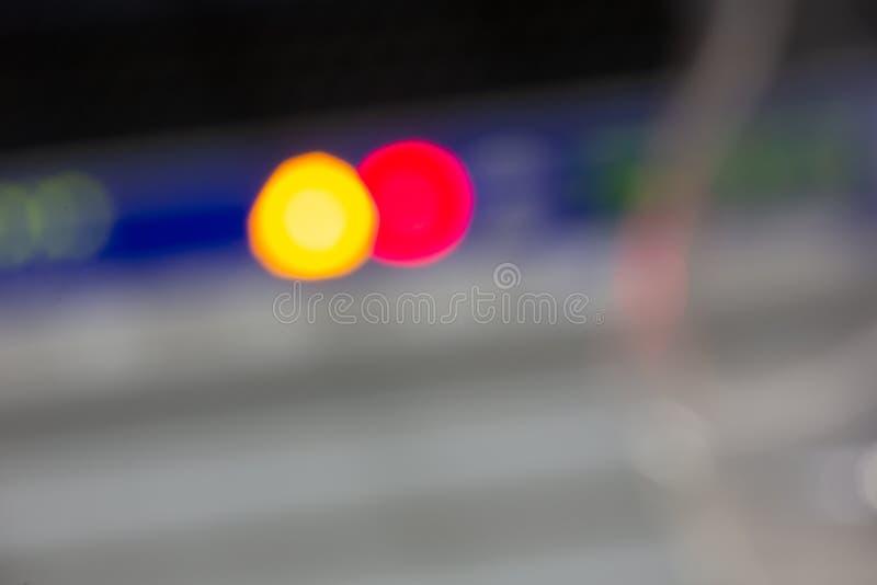 La parte delantera del servidor que mostraba los interruptores coloridos y que ataba con alambre el extracto empañó la imagen par fotos de archivo libres de regalías