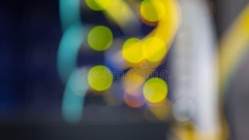 La parte delantera del servidor que mostraba los interruptores coloridos y que ataba con alambre el extracto empañó la imagen par fotos de archivo