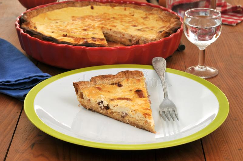 La parte della torta del formaggio è servito su un piatto immagini stock