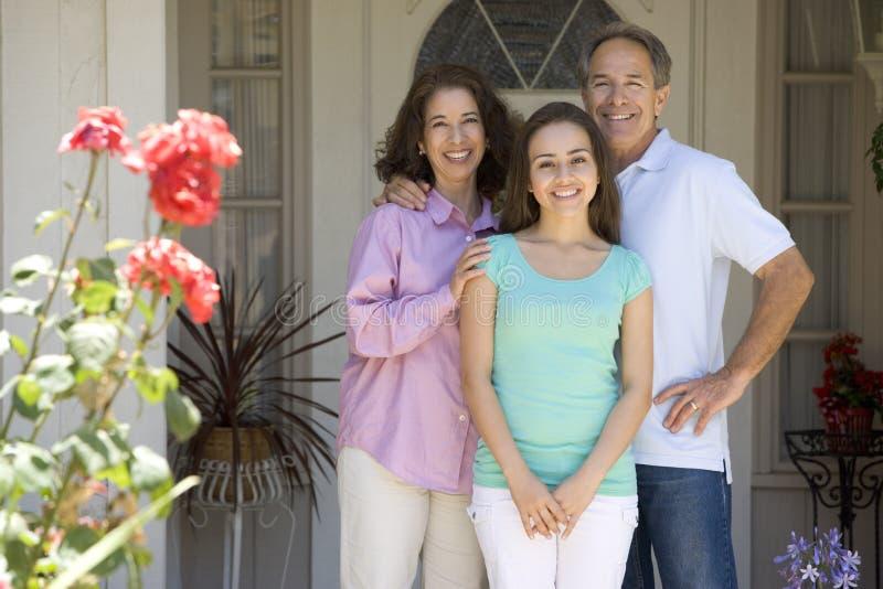 La parte esterna della famiglia là alloggia immagine stock