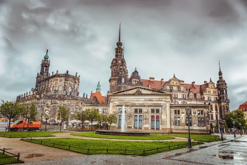 La parte histórica de la ciudad de Dresden después de la lluvia Zwinger alemania imagenes de archivo