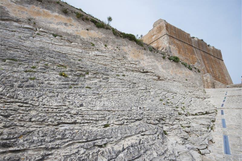 La parte inferiore della parete fortificata, cittadella di Bonifacio fotografia stock libera da diritti