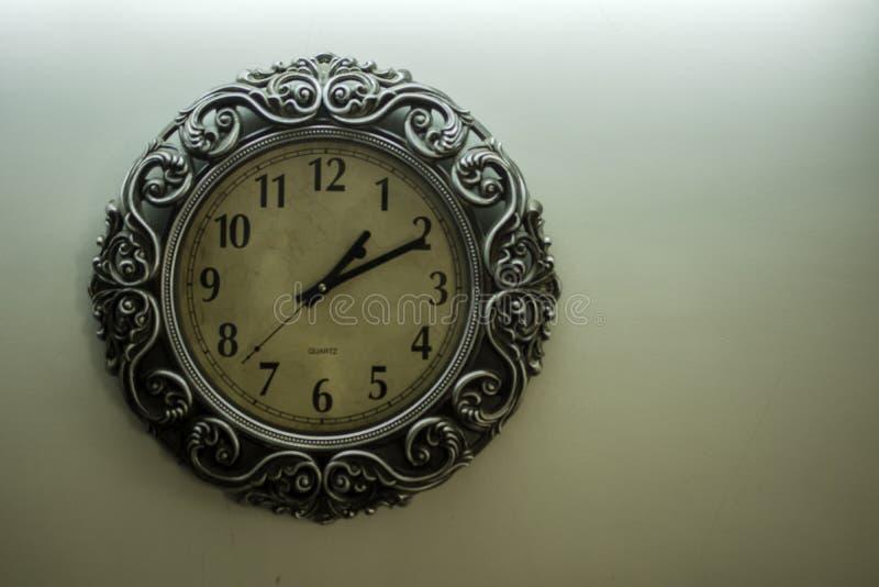 La parte posterior amarilla clara de Wall Clock With del diseñador antiguo molió mostrar el tiempo 01 las 10 y espacio libre en l foto de archivo