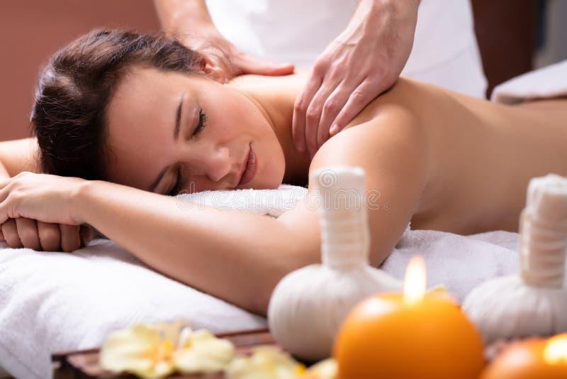 La parte posterior de Massaging Woman del terapeuta fotos de archivo