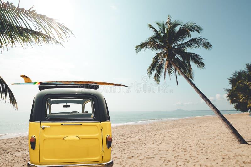 La parte posterior del coche del vintage parqueó en la playa tropical imagen de archivo libre de regalías