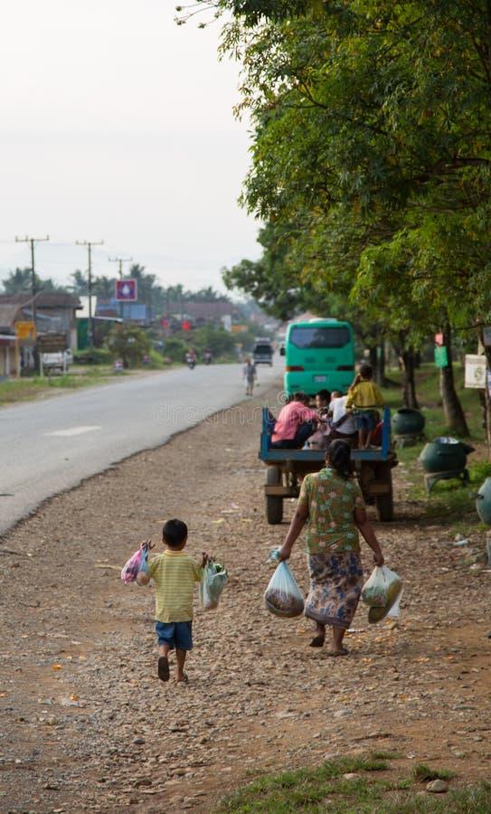 La parte posteriore del figlio e della mamma da acquisto nel paese parteggia fotografie stock libere da diritti