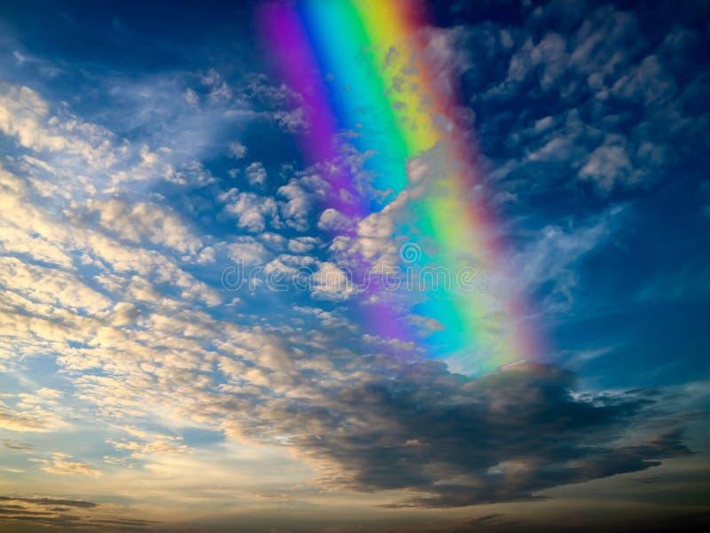 La parte posteriore dell'arcobaleno ha sparso la nuvola e la luce del tramonto fotografie stock libere da diritti