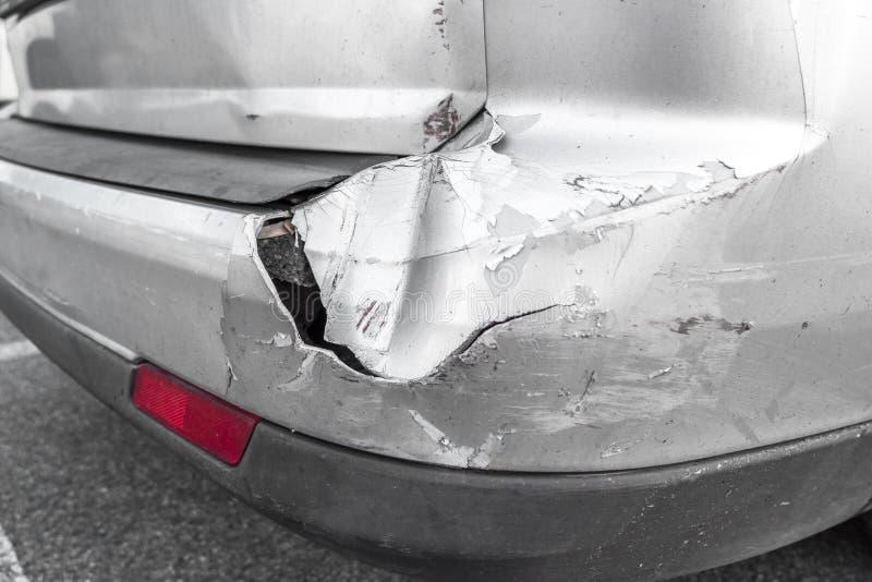 La parte posteriore dell'automobile grigia si rovina dall'incidente sulla strada immagine stock libera da diritti
